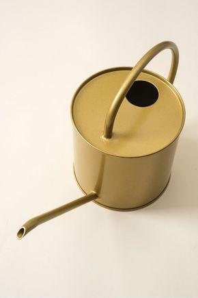 Regador-metal-dourado