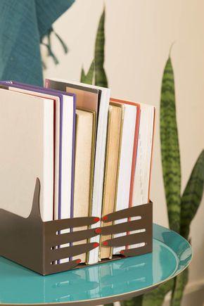 Porta-livros-metal-maos-marrom